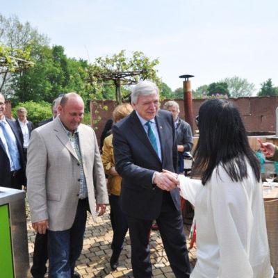 Ministerpräsident Volker Bouffier und seine Gattin besuchtenunseren Ausstellergarten auf der Landesgartenschau in Gießenund bewunderten diesen bei einem Glas Wein.
