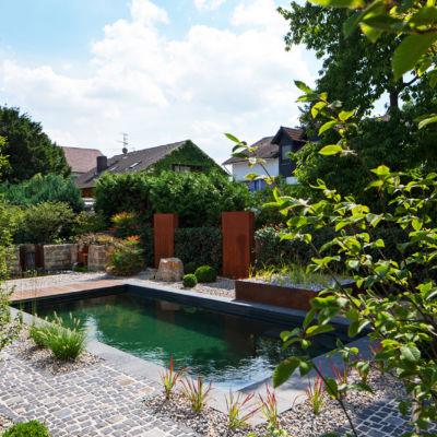 Schöner Garten mit Schwimmteich