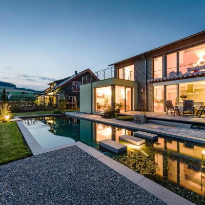 Stimmungsvoller Abend – im eigenen Pool relaxen